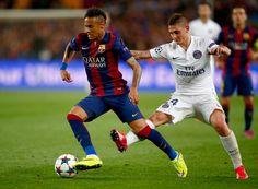 Neymar of Barcelona takes on Marco Verratti of PSG during the UEFA  Champions League Quarter Final. AtletaSalsasJugadores De FútbolCamp ... 0afa9e2595c02