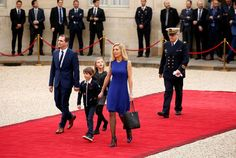 Laurence Auziere Jourdan, son époux Guillaume, et leurs deux enfants, arrivent à l'Elysée le 14 mai 2014.