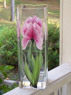 Pintado a mano florero de cristal con Pink Iris de NaturesPetals en Etsy, $ 35.00: