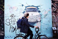 A nous deux Berlin ! - Eloely - Lire la suite : http://www.eloely.com/dehors/5925-a-nous-deux-berlin-10-05-2015/