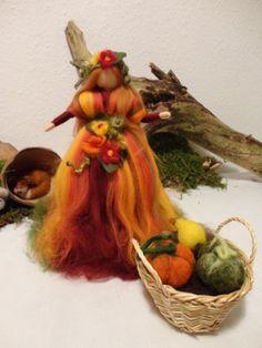 °°°Fee mit Kürbis Fee Elfe Engel Filz Waldorf Jahreszeitentisch Märchenwolle°°° Waldorf Crafts, Waldorf Dolls, Wet Felting, Needle Felting, Felt Angel, 3d Figures, Felt Fairy, Autumn Crafts, Felt Patterns