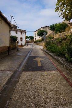Señalización de El Camino de Santiago en Villatuerta.