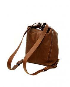 Ulrikan tyylikäs nahkainen laukku, mikä muuntautuu käden käänteessä repuksi! Erittäin käytännöllinen laukku on mukavaa pehmeää nahkaa ja monipuolisten taskujen ansiosta kaikki tavarat pysyvät hyvin paikoillaan. Ulrika nahkalaukku/reppu, ruskea, 08-8707-9 - BeBag.fi