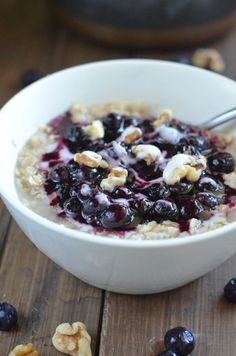 Healthy Blueberry Pie Oatmeal // 225 calories, ready in 10 minutes, so yummy! via Apple of My Eye #breakfast #fastfood