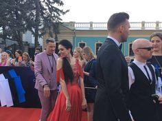 Viroa edustava Laura keimaili kameralle taustalaulaja Rolf Juniorin kanssa.