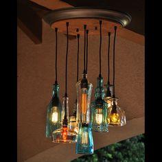 Moonshine Lamp è un'azienda del Claremont, California (USA) che seleziona e ricicla bottiglie di vetro per trasformarle im bellissimi lampadari, applique e