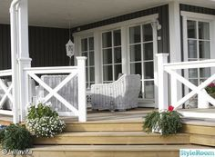 Creative Deck Railing Ideas for Inspiration Natural color deck and the white X-shape railing. Stylish X-shape decorations become more and more popular these days. Awesome white X-shape rails add to a delicate custom look to the natural color deck. Front Porch Railings, Deck Railings, Screened In Porch, Railing Ideas, Side Porch, Porch Kits, Porch Ideas, Balustrades, Building A Porch