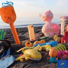I loro piccoli padroni di saran scordati di loro ma la spiaggia no (e nemmeno noi: le #bandaburrasca di Clean Sea Life non dormono mica!!) #marinelitter #spiaggiapulita #giocattoli #raccogliigiocattoli #marinedebris #beachlitter #Cleansealife #stormteam