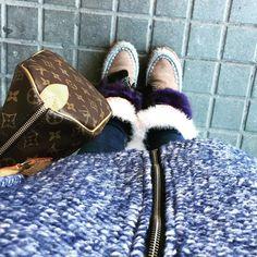 Detalles del look de hoy! Chaqueta oversize @_elrincondenina y mis nuevos cubres de pelito super super soft de mi querida amiga @el_rincon_de_veronica !!! Estos ya no me los quito#cubre#cover#coverboots#botas#cubrebotas#pelito#plumas#etnico#bohemian#boho#chic#bohochic#invierno#lookoftheday#followme#tagsforlikes#instablogger#bkoger#fashion by girlswearjeans