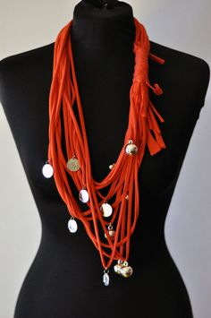 Red Scarf TShirt Necklace with coins S. by stefaniaargenzio Scarf Necklace, Fabric Necklace, Fabric Jewelry, Jewelry Art, Bracelets Diy, Red Scarves, Shirt Scarves, Diy Scarf, T Shirt Diy