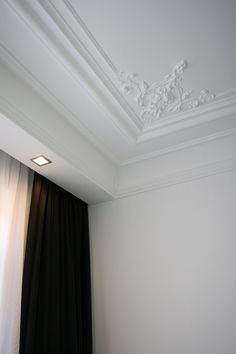 white interior with classic mouldings by schuller restauratie combined with modern design and recessed lighting