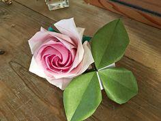 折り紙にはない色と、花びらの柔らかさを出すために、和紙(美濃和紙)を使って折ってみました。リアリティ追及のため今回ご紹介するのは、難易度が高いと言われている、佐藤直幹さん考案の五角形で折る薔薇です。水彩絵の具で着彩すれば、好きなバラの色を自由に作ることができますよ。