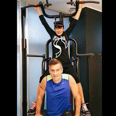 #AnaLauraRibas Ana Laura Ribas: Buon giorrrrno!! L'unico che riesci a farmi andare in palestra alle 8 del mattino!! E vaiii! #LucaValotta @virginactiveit #virginactive #fitness #gym #ribasfurba #motivatore #top #body #mulher @maxfromboluti super #personaltrainer #thanks