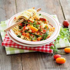 Paradeiser-Mozzarella-Nudeln Spaghetti, Pasta, Ethnic Recipes, Food, Pasta Meals, Fresh, Essen, Noodles, Yemek