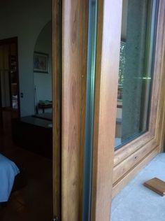Particolare rifinitura esterna infisso finto legno con guida tappaa