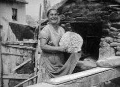 H ιστορία του ψωμιού στην Ελλάδα   Διαβάστε όλο το άρθρο: http://www.tilestwra.com/h-istoria-tou-psomiou-stin-ellada-mesa-apo-spanio-fotografiko-iliko/