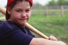 Tips para enseñar lanzamiento lento a niños de escuela media. Una vez que aprendan lo básico del lanzamiento lento, los niños de la escuela media pueden pasar muchas horas jugando este deporte entretenido en su niñez y también cuando se conviertan en adultos. El lanzamiento lento de sóftbol ...