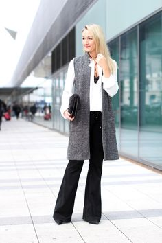 flared pants - Mango / cropped blouse & sleeveless oversized vest, sleeveless coat, Weste - C&A / ankle boots - Zara / fur clutch - Aldo / lace body, Body spitze - Intimissimi / choker necklaces - Asos /Modeblog Österreich / Austrian fashion blog / fashion mature women / Ü 30 / 30+ fashion blog / fashion blog / Modeblog Ü30 / street style Austria / fashion trends f/w 2016 / fall winter fashion trends 2016 / Herbst Winter Trends 2016 / Mode Herbst Trend 2016 / women with style / Ü30…