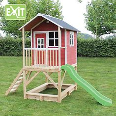 Welches Kind möchte eigentlich kein eigenes Spielhäuschen im Garten haben? Ein super Ort zum Spielen. Es ist mit der Innerbemessung von 1.18m x 1.18m ein grossartiges Häuschen worin man mit mehreren Kindern herrlich spielen kann. Und weil das Dach wasserfest ist bleibt es drinnen immer trocken! Das Häuschen hat eine kleine Veranda und mit der Rutschbahn rutscht man so wieder nach unten! Die Jüngsten können unten im Sandkasten nach Herzenslust buddeln während die Älteren oben im Häuschen…