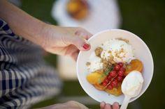 gelato allo yogurt con frutta estiva allo sciroppo e crumble alle mandorle