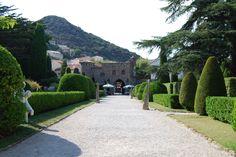 Chateau de la Napoule garden entrance, cypresser formklippt boxwood cypress grusgång