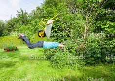 Man flies with wheelbarrow in a bush. photo libre de droits