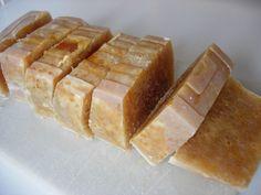 En principio íbamos a hacer jabón de castilla, para refundir después del tiempo de macerado, pero no nos hemos podido resistir a ponerle miel. Diy Soap And Shampoo, Diy Body Butter, Soap Packaging, Soap Recipes, Beauty Recipe, Diy Skin Care, Home Made Soap, Natural Cosmetics, Handmade Soaps