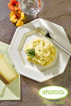 Rübenrisotto mit Heumilch-Bergkäse  Das Risotto ist kein klassisches Gemüserisotto mit Gemüsestücken, sondern der Reis wird in Gemüsesaft gekocht. Sollten Sie keinen Entsafter habeb, verwenden Sie 1/4 Lieter hochwertigen Rübensaft.  (Heumilch, Rezept, Essen, Kochen, Rezeptideen, Rüben, Risotto, Bergkäse, Käse) Brunch, Eat Lunch, Food Dinners, Kid Recipes, Hay, Milk