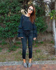 Desde luego que, para las amantes de los volantes, como una servidora, esta es nuestra era! En tops, camisas, camisetas, sudaderas, faldas, bajos de los pantalones…. Están en todas partes!!! Hoy llevo una camisa con volantes en las mangas de MULAYA, con jeans de STRADIVARIUS, gafas de DIOR y bolso de CHLOÉ. El lunes os […]