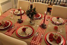 papel craft na mesa toda e tiras xadrez de tecido ( ou papel) vermelho ou toalha xadrez e papel crepom em tiras  largas souplat de plástico -guardanapos com flores...lindo original e gastando pouco....