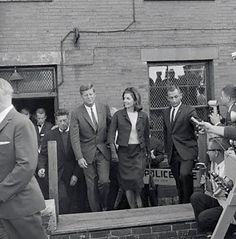 1962. 18 ou 19 Septembre (primary election) ou 6 Novembre (special election). Les Kennedy viennent de voter. Kennedy voting at the Joy Street Police Station in Boston