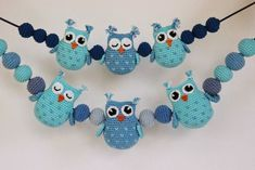 A free crochet pattern of Owls.Do you also want to crochet these owls? Read more about the pattern Crochet Pattern Owls and balls for Baby Carriage Owl Crochet Patterns, Crochet Owls, Owl Patterns, Cute Crochet, Crochet For Kids, Amigurumi Patterns, Crochet Baby Mobiles, Crochet Mobile, Crochet Baby Toys
