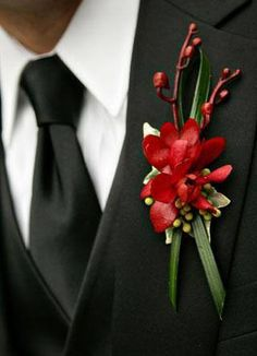 Flor de la solapa del novio u ojal  En el pasado, las flores de los ojales simbolizaban la buena suerte y el amor divino, especialmente las rojas que eran el símbolo masculino del amor. Los novios las usaban en su boda para significar que ellos estaban listos a cumplir la promesa de casarse.