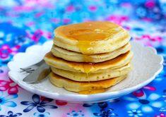 """Fluffiga amerikanska pannkakor som smakar himmelskt gott. Recept hittade jag på en amerikansk hemsida som beskriver dessa som """"the best pancakes ever""""! Jag håller med, de blev ljuvliga. Gjorde dock lite småförändringar i receptet. Jag minskade mängden socker och hade vanlig mjölk istället för buttermilk,blev hur bra somhelst. 6 portioner 5 dl mjölk 2 st ägg 5 dl vetemjöl 4 tsk bakpulver 2 tsk vaniljsocker (kan bytas ut mot 3 msk socker) 1 liten nypa salt 4 msk smält smör Gör såhär: Sikta…"""