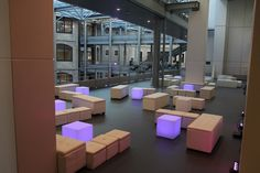 Installation banquette lounge + cube lumineux