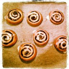 Ρολάκια κανέλλας (cinnamon rolls) Cinnamon Rolls, Stud Earrings, Studs, Stud Earring, Earring Studs
