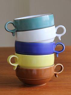マットな釉薬の手触りが優しい時間を運んできてくれそうなスープボウルは、深さがあるのでスープ類はもちろん、サラダやお惣菜まで何にでも合いますよ。白山陶器の器でほっとする温かさを食卓にプラスしてみましょう。 Mugs, Tableware, Kitchen, Foods, Beautiful, Pottery, Food Food, Dinnerware, Cooking