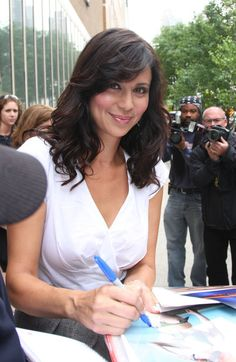 Catherine Bell Long Curls with Bangs - Feathery bangs and soft curls gave Catherine Bell an ultra-feminine look. Braided Hairstyles Updo, Down Hairstyles, Wedding Hairstyles, Updo Hairstyle, Braided Updo, Wedding Updo, Katherine Bell, Heatless Curls Overnight, Hair Curling Tutorial