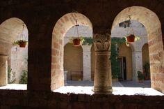 """Assisi, chiesa di San Giacomo """"de muro rupto"""", il chiostrino romanico"""