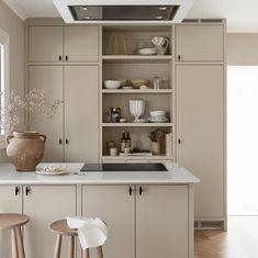 Apartment Kitchen, Living Room Kitchen, Kitchen Interior, Kitchen Tops, Kitchen Cabinets, Küchen Design, Modern Kitchen Design, Kitchen Styling, Home Kitchens