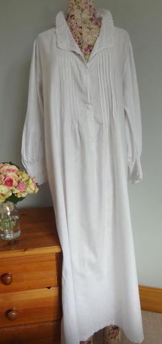 Lange viktorianisches Nachthemd weiß Baumwolle. Kleine bis