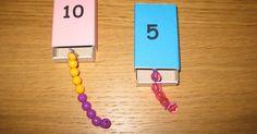 Hur leker man? Masken i asken övar upp förmågan att dela upp tal. Leken börjar att pedagogen tillsammans med barnen undersöka hur många pär...