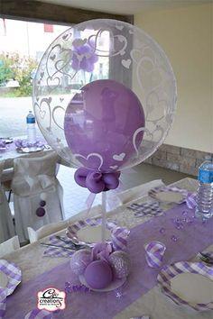 Centrotavola di palloncini e cristalli in plastica lilla per addobbare alla festa di Prima Comunione. Realizzati da C&C Creations Eventi.