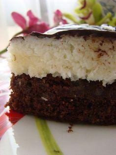 Kokostar delisi birisi için yapılabilecek en güzel tarif budur …Esasen irmik ve hindistan cevizi uyumuna hayran kaldım üst kısmını ayrı olarak 2 ölçü yapıp tepsiye dökmeli..:) ) Alın size evde yapılmış kokostar hatta dilimleyerek eritilmiş çikolataya batırma imkanınız olursa aslından ayırt edilemez.. MALZEMELER: Kakaolu keki icin: 200 gr yumusamis tereyagi 200 gr toz seker (1 … Pudding Desserts, Pudding Cake, Sweet Recipes, Cake Recipes, Dessert Recipes, Cake Cookies, Cupcake Cakes, Pasta Cake, Dirt Cake