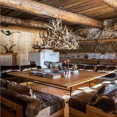 Mountain Chalet project, chalet living room with deer horn chandelier, Fabrizio Cocchi interior designer Mountain Cabin Decor, Ski Lodge Decor, Mountain Homes, Rustic Elegance, Modern Rustic, Chalet Interior, Interior Design, Swiss Chalet, Alpine Chalet