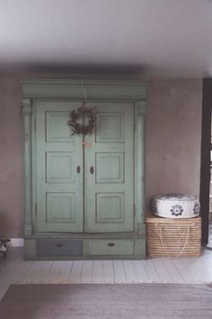 Love the Basket and the floor cushion and the wall colour and the wardrobe. Rustic Chic Decor, Blue Rooms, Floor Cushions, Southern Style, Home Bedroom, Wall Colors, Decoration, Cottage Style, Cupboards