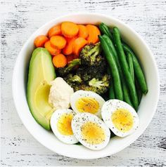 Spinach + 1/4 avocado + carrots + green beans + broccoli + eggs + hummus Healthy Meal Prep, Healthy Breakfast Recipes, Healthy Cooking, Healthy Snacks, Vegetarian Recipes, Healthy Eating, Healthy Recipes, Aesthetic Food, Avocado Toast