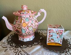 yes I just had to make the tea dispenser to go with my teapot ! Victorian Teapots, Paper Tea Cups, Pop Up, 3d Paper Crafts, Putz Houses, Alice In Wonderland Party, Teapots And Cups, Mom Day, Adult Crafts