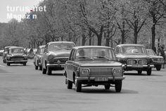 Wartburg, Skoda, Wolga auf der Straße Unter den Linden in Ostberlin, DDR, 60er Jahre