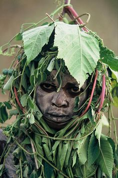 o guarda-roupa da natureza photo Hans Silvester (Ethiopia: Peoples of the Omo Valley) celebrates the unique art of the Surma and Mursi tribes of the Omo Valley, on the borders of Ethiopia, Kenya and Sudan. We Are The World, People Around The World, Around The Worlds, Cultures Du Monde, World Cultures, Pintura Tribal, Mursi Tribe, Steve Mccurry, Tribal People